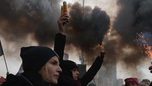 W Warszawie zapłonęły race. O proteście Polek pisze już cały świat