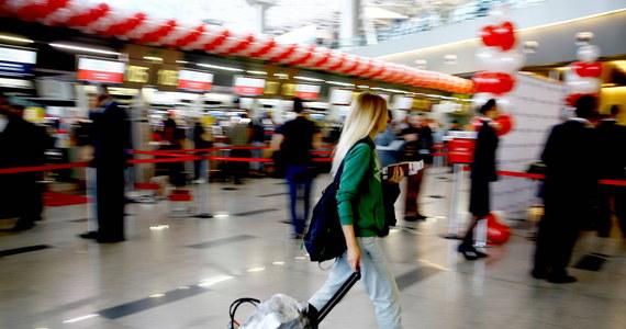 Na lotnisku w Stuttgarcie, tuż przed odlotem do Lizbony samolotu ze 106 pasażerami, zatrzymano siedzącego za sterami maszyny drugiego pilota, gdyż był on pod wpływem alkoholu - poinformowała w piątek późnym wieczorem miejscowa policja.