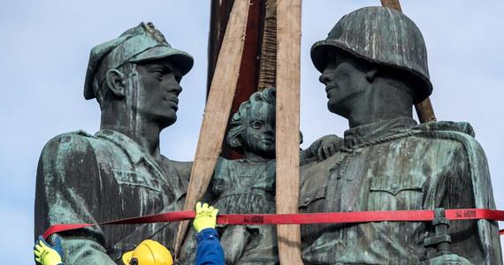 W Legnicy (Dolnośląskie) rozpoczęła się rozbiórka Pomnika Wdzięczności dla Armii Radzieckiej. Monument przedstawia żołnierzy polskiego i radzieckiego trzymających na rękach dziewczynkę. Jego rozbiórkę zarządzono na mocy ustawy dekomunizacyjnej.