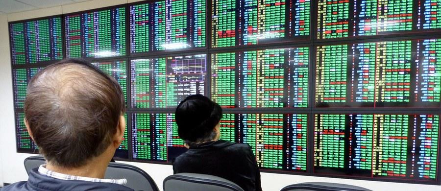 """Na Wall Street odnotowano największe spadki od 2 lat; straciły giełdy w Azji i UE. Po decyzji prezydenta USA Donalda Trumpa ws. ceł na stal i aluminium oraz sankcji celnych i inwestycyjnych wobec Chin inwestorzy boją się wojny handlowej - pisze """"Wall Street Journal""""."""