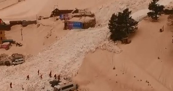 Niewielka lawina osunęła się na parking pod Elbrusem tuż przy ośrodku narciarskim w Kabardo-Bałkarii w Rosji. Pod śniegiem znalazło się 15 samochodów. Nikomu nic się nie stało. Lawina nie uszkodziła też budynków i wyciągu.