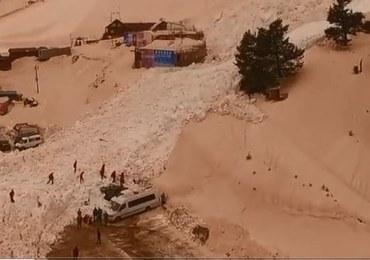 Lawina przy ośrodku narciarskim w Rosji. Kilkanaście aut pod śniegiem