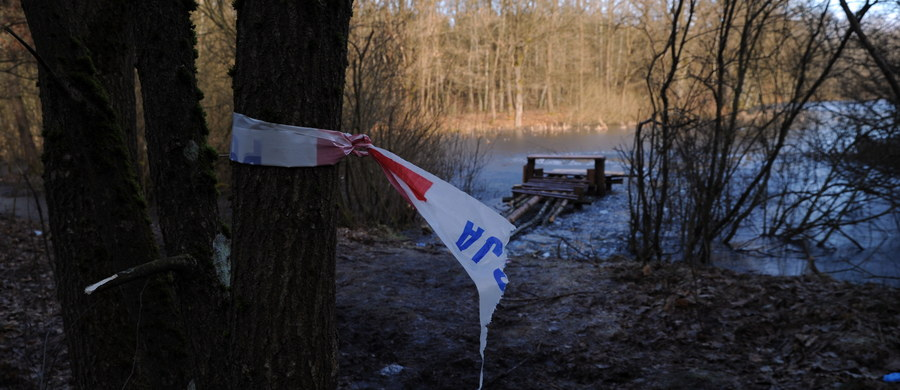 Tragiczny finał poszukiwań w miejscowości Dobrowo pod Białogardem w woj. zachodniopomorskim. Ciała dwóch chłopców w wieku 10 i 12 lat wyłowiono ze stawu znajdującego się w lesie. Ze wstępnych ustaleń wynika, że pod dziećmi załamał się lód.