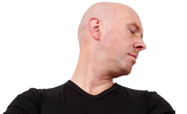 """Co trzecia kobieta i ponad połowa mężczyzn, którzy skończyli 50 lat, zmaga się z łysieniem - wynika z danych Polskiego Towarzystwa Dermatologicznego. """"Łysienie to objaw medyczny, który może mieć przyczynę genetyczną, hormonalną, polekową lub nawet nowotworową. W znaczący sposób obniża jakość życia i atrakcyjność zarówno w życiu zawodowym, społecznym, jak i prywatnym"""" - przekonuje w rozmowie z RMF FM dermatolog doktor Ewa Chlebus. """"Błędne lub zbyt późne rozpoznanie przyczyny łysienia często powoduje nieodwracalną utratę włosów, a nawet może stanowić zagrożenie życia w przypadkach, w których łysienie jest objawem chorób ogólnoustrojowych"""" - dodaje."""
