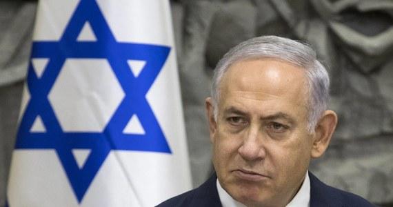 Premier Izraela Benjamin Netanjahu przechodzi w szpitalu badania po infekcji, którą przeszedł dwa tygodnie wcześniej i której - zdaniem jego osobistego lekarza - nie wyleczył - poinformował rzecznik premiera Dawid Baker. Netanjahu trafił do szpitala z wysoką gorączką i kaszlem. Decyzję o hospitalizacji podjął jego osobisty lekarz Cwi Berkowic, który uznał, że 68-letni premier nadal cierpi z powodu choroby, na którą zapadł w połowie marca.