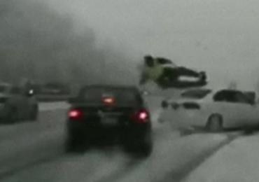 Chwile grozy na autostradzie. Chciał pomóc kobiecie, potrąciło go auto