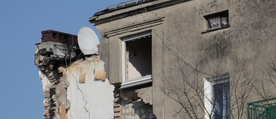 Tomasz J. podejrzany o celowe wysadzenie kamienicy na poznańskim Dębcu usłyszał dziś zarzuty. Prokuratura podejrzewa go o zabójstwo żony, znieważenie jej zwłok i doprowadzenie do częściowego zawalenia się budynku mieszkalnego.