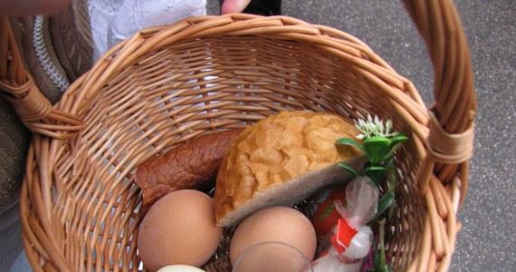 W Wielką Sobotę w kościołach wierni święcą pokarmy na stół wielkanocny. Tradycja wskazuje, co należy włożyć do koszyczka. Każdy pokarm, który tam się znajdzie, ma swoją symbolikę. Czego zatem nie powinno zabraknąć w naszym koszyczku?