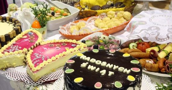 Tradycyjny żurek, jajka z majonezem, warzywna sałatka albo domowe ciasta? Te potrawy można z łatwością na tegoroczną Wielkanoc zamówić! Restauratorzy przyznają, że w tym roku zainteresowanie świątecznym cateringiem jest dużo większe niż przed rokiem.