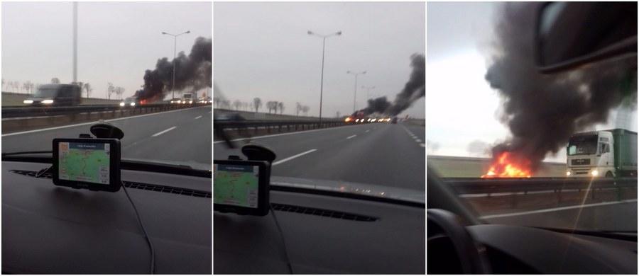 Całkowicie spłonęło auto, które zapaliło się na autostradzie A4, na odcinku Strzelce Opolskie - Łany. Samochodem podróżowały cztery osoby. Wszystkim na czas udało się opuścić pojazd. Film z miejsca zdarzenia otrzymaliśmy na Gorąca Linię RMF FM.