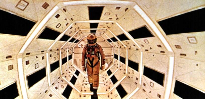 """Można długo debatować nad listą filmów, które rzeczywiście zmieniły oblicze światowego kina, ale nie ma żadnych wątpliwości, że powinna się na niej znaleźć """"2001: Odyseja kosmiczna"""" Stanleya Kubricka. 3 kwietnia 2018 roku mija 50 lat od premiery filmu."""