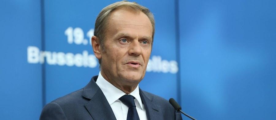 """""""Z perspektywy urzędu jaki obecnie sprawuję, Polska jest dla mnie przede wszystkim zadaniem (…). Jest kilka fundamentalnych powodów, dla których mam powody - i nie tylko ja - żeby się martwić. To, co dzieje się w Polsce, traktuję jako wyzwanie"""" - powiedział przewodniczący Rady Europejskiej Donald Tusk w programie """"Tak Jest"""" w TVN24, zapytany o ocenę sytuacji w Polsce. Jego zdaniem, ten stan rzeczy spowodowany jest m.in. działaniami obecnej władzy w obszarze praworządności. """"Nikt nie zna scenariuszy politycznych, ja na pewno na emeryturę nie pójdę"""" – tak Tusk odpowiedział na pytanie, czy wróci do polskiej polityki."""