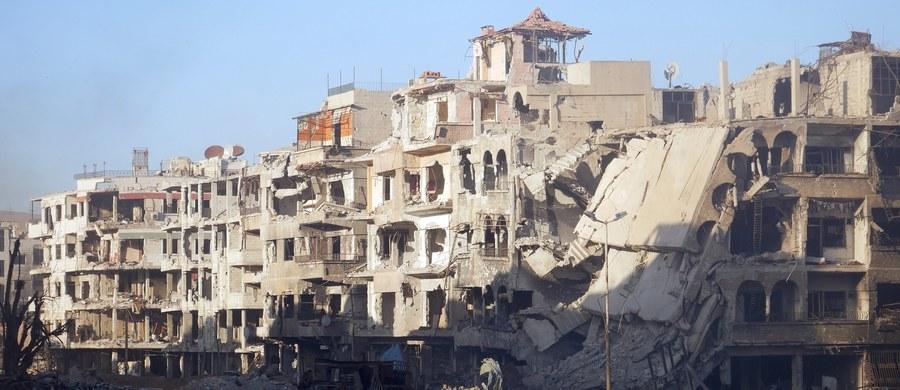 """Dwaj żołnierze z koalicji pod wodzą USA walczącej z Państwem Islamskim w Syrii - Amerykanin i Brytyjczyk - zginęli w wyniku eksplozji """"zaimprowizowanego ładunku wybuchowego"""" - poinformowali przedstawiciele władz Stanów Zjednoczonych i Wielkiej Brytanii."""
