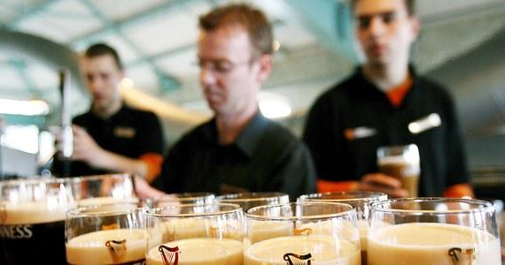 Guinness lał się strumieniami w irlandzkich pubach w Wielki Piątek po raz pierwszy od 90 lat. Wcześniej prawo zabraniało podawania w tym dniu napojów alkoholowych.