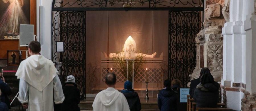 """""""Wielka Sobota we wspólnocie Kościoła jest dniem wyciszenia, zadumy i refleksji nie tylko ze względu na złożenia ciała Chrystusa w grobie Pańskim, przy którym ludzie adorują najświętszy sakrament , ale także ze względu na apostołów, dla których ten dzień był trudną próbą wiary"""" - mówi biskup pomocniczy archidiecezji warszawskiej Rafał Markowski. Jak dodaje, należy pamiętać o tym, że dla uczniów Chrystusa """"był to najtrudniejszy okres; po Jego śmierci rozproszyli się, nie rozumieli do końca ani sensu tego dramatu, ani sensu krzyża"""". """"Jest to więc czas zadumy i refleksji nawiązujący do sytuacji pierwszych uczniów Chrystusa, którzy tego dnia przeżywali trudne doświadczenie i największą próbę swojej wiary"""" - podkreśla biskup Markowski."""
