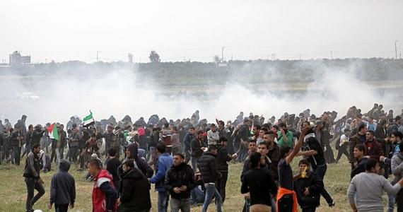 """Sekretarz generalny ONZ Antonio Guterres wezwał do przeprowadzenia niezależnego i transparentnego śledztwa w sprawie starć, do których doszło w piątek na granicy Izraela ze Strefą Gazy - informuje Reuters. """"Apeluje on również (...) o powstrzymanie się od wszelkich działań, które mogłyby doprowadzić do dalszych ofiar, a w szczególności (...) tych, które mogłyby narazić cywilów na niebezpieczeństwo"""" - powiedział rzecznik ONZ Farhan Haq."""