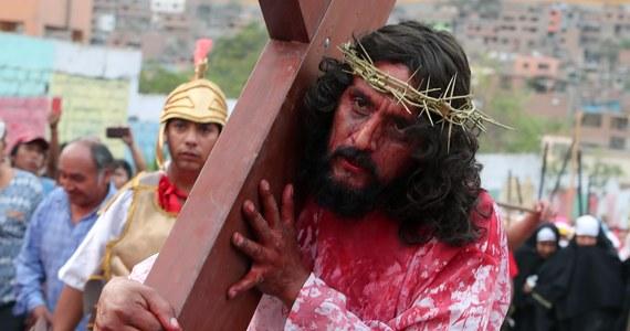 Osiem osób na północy Filipin zgodnie z miejscową tradycją dało się przybić do krzyży w Wielki Piątek. Jak tłumaczą, chcą w ten sposób upamiętnić cierpienie Jezusa. W miejscowościach położonych na północ od filipińskiej Manili, tysiące ludzi wzięło udział w piątkowej drodze krzyżowej.