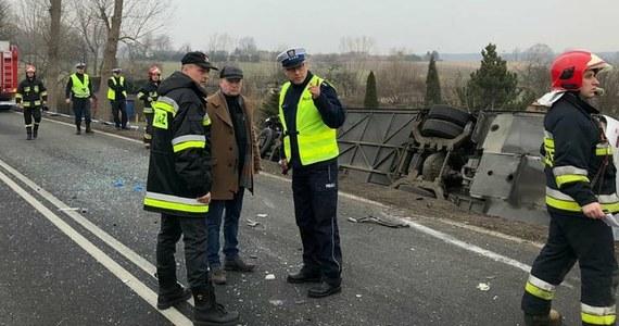 Przed południem do groźnie wyglądającego wypadku doszło na trasie numer 34 w Świebodzicach na Dolnym Śląsku. Samochód osobowy zderzył się z autobusem, po czym autokar wjechał do rowu.