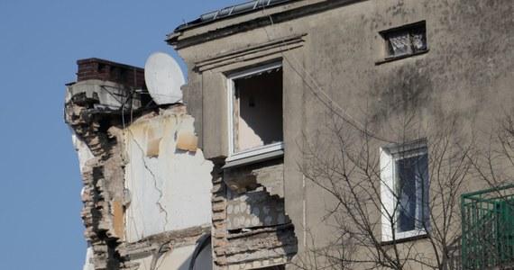 Mija prawie miesiąc od momentu wybuchu kamienicy na poznańskim Dębcu. Dokładnie 4 marca, przed ósmą rano, jej mieszkańców obudził huk - najpierw wybuchającego gazu, później walących się gruzów. Ci, którym udało się uciec - wzięli ze sobą tylko to co mieli pod ręką. W katastrofie zginęło pięć osób i ponad 20 zostało rannych. Kamienica została już w całości wyburzona. Została z niej jedynie sterta gruzu.