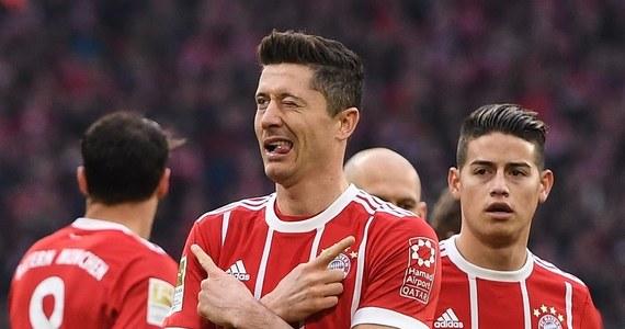 Robert Lewandowski zdobył trzy gole, a Bayern Monachium rozgromił Borussię Dortmund 6:0 w szlagierze 28. kolejki piłkarskiej ekstraklasy Niemiec. Bawarczycy wciąż jednak nie mogą się cieszyć z szóstego z rzędu i 28. w historii mistrzostwa kraju. Zespół trenera Juppa Heynckesa po tym zwycięstwie, 22. w sezonie, ma 69 punktów i o 17 wyprzedza Schalke 04 Gelsenkirchen. Do końca rozgrywek pozostało sześć kolejek, a więc 18 pkt do zdobycia.