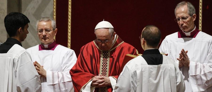 """Papież Franciszek w homilii podczas mszy Wigilii Paschalnej w Wielką Sobotę mówił, że nigdy nie można milczeć w obliczu niesprawiedliwości. Do milczenia uczniów Jezusa wobec jego męki porównał brak reakcji na cierpienie wielu ludzi w naszych czasach. W homilii papież powiedział: """"Odczuwamy ciężar milczenia w obliczu śmierci Pana; milczenia, w którym każdy z nas może się rozpoznać""""."""
