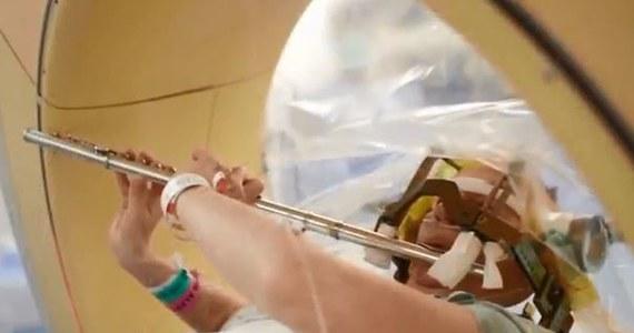 """Anna Henry """"zaczarowała"""" chirurgów, grając na flecie w trakcie operacji mózgu. Swojego mózgu! Pacjentka szpitala w Houston w Teksasie była znieczulona, ale przytomna i świadoma tego, co się wokół niej dzieje. Poddała się operacji, ponieważ drżenie rąk - towarzyszące jej od dzieciństwa - niszczyło jej karierę muzyczną."""