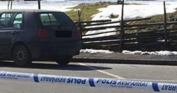 """Dwóch martwych mężczyzn znaleziono w samochodzie na polskich numerach rejestracyjnych, stojącym na parkingu na przedmieściach Jönköping w Szwecji. Policja przypuszcza, że mężczyźni zmarli na skutek zatrucia spalinami wydobywającymi się z auta. """"To jeden ze scenariuszy, ale tak naprawdę nie wiemy, co się stało"""" - poinformowała Mariana Persson, dyżurna policji w Jönköping."""