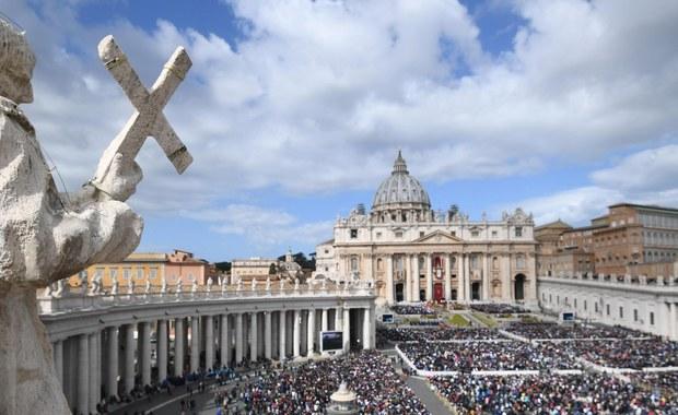 W tegorocznych uroczystościach Wielkiego Tygodnia i Niedzieli Zmartwychwstania Pańskiego pod przewodnictwem papieża Franciszka w Watykanie i Rzymie wzięło udział znacznie więcej osób niż w minionych latach - odnotowała komenda policji w Wiecznym Mieście.