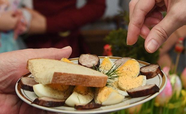 """Lżej, bardziej dietetycznie i do tego coraz mniej mięsnych potraw. Tak z roku na rok zmienia się wielkanocny stół Polaków. """"Mamy w tej chwili mocny trend wzrostowy, jeśli chodzi o produkty wegetariańskie i produkty wegańskie. To jest wzrost popytu o 100 procent w ciągu ostatniego roku na tego typu produkty"""" - przyznaje w rozmowie z RMF FM Andrzej Gantner, dyrektor Polskiej Federacji Producentów Żywności."""