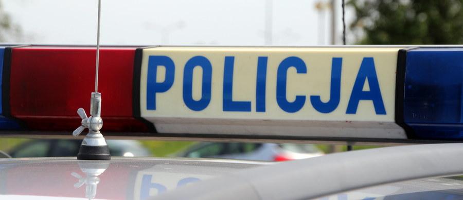 Tragiczny skończyła się libacja alkoholowa w Łomży w województwie podlaskim. Policja została wezwana do domowej awantury. Na miejscu znalazła mężczyznę z ciężkimi ranami zadanymi ostrym narzędziem.