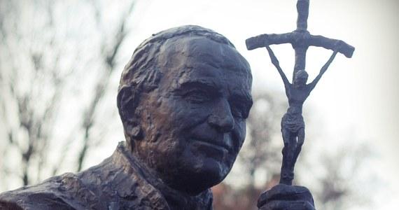 Nauczanie św. Jana Pawła II, najwybitniejszego przedstawiciela Polski w świecie, jest cały czas aktualne. Warto z niego czerpać i na nowo odczytywać jego przesłanie w kontekście osobistym, rodzinnym oraz społecznym – powiedział rzecznik Konferencji Episkopatu Polski ks. Paweł Rytel-Andrianik, odnosząc się do 13. rocznicy papieża z Polski, która przypada 2 kwietnia. Jak podkreślił, św. Jan Paweł II przekonywał do siebie miliony ludzi na całym świecie, nie tylko dlatego, że był charyzmatycznym papieżem, ale przede wszystkim swoim stylem życia oraz autentycznym świadectwem wiary i głębokiej modlitwy.