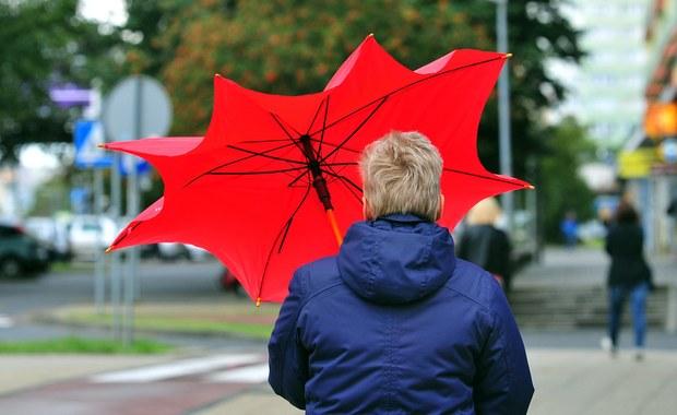 Z powodu wiatru w poniedziałek, o godz. 14  bez prądu pozostawało jeszcze 1374 odbiorców; najwięcej w województwie podlaskim, a także w lubelskim i dolnośląskim - poinformowała  Bożena Wysocka z Rządowego Centrum Bezpieczeństwa.