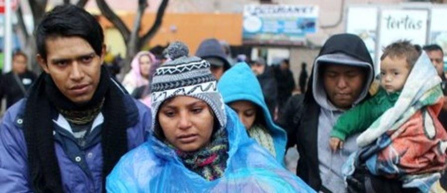Grupa ok. 1100 osób, przeważnie z Hondurasu, która wędruje pieszo przez terytorium Meksyku w kierunku granicy z USA,  dotarła do stanu Oaxaca, gdzie zatrzymała się. Prezydent USA Donald Trump oskarżył Meksyk, że nie robi prawie nic aby powstrzymać takich ludzi. Migranci oczekują - jak informuje Associated Press - na meksykańskie wizy tranzytowe lub zezwolenia na czasowy pobyt w Meksyku, czyli tzw. wizy humanitarne.