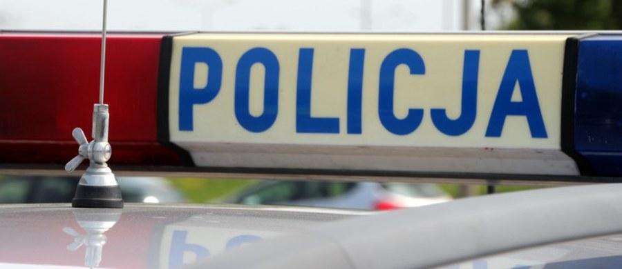 Policjant został ranny podczas interwencji w Koszalinie. Funkcjonariusze zostali wezwani do 35-latka, który zabarykadował się w pokoju w domu i spowodował pożar.