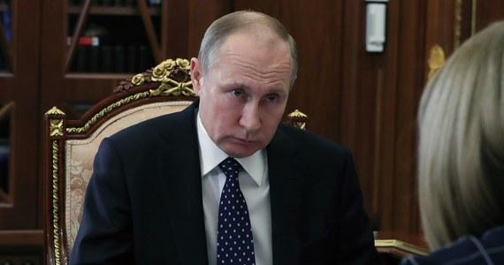 """Partia Władimira Putina """"Jedna Rosja"""" chce zakazać tzw. fake newsów. Projekt już trafił do Dumy. Według niego władze będą miały prawo natychmiast blokować strony internetowe rozpowszechniające plotki lub niesprawdzone informacje. Ochrona ma dotyczyć i osób fizycznych, i instytucji państwowych. Na mocy ustawy w ciągu doby strona internetowa lub profil społecznościowy będą mogły być zablokowane."""