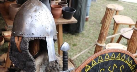 Bitwa słowiańskich bogów, przedchrześcijańska świątynia oraz warsztaty średniowiecznych rzemieślników. To wszystko mogli oglądać krakowianie podczas Święta Rękawki, odbywającego się u stóp Kopca Krakusa trzeciego dnia po Wielkiej Nocy.