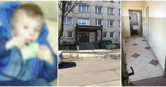 Policja przesłuchała mężczyznę zatrzymanego w sprawie 3-letniego chłopca znalezionego w jednym z bloków w Katowicach. Jak mówiliśmy już w Faktach, mężczyzna to znajomy matki chłopca. Zatrzymany miał pomagać kobiecie, która najprawdopodobniej zostawiła swoje dziecko.