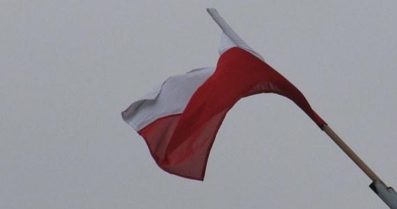 Zastępca ambasadora Ukrainy został wezwany do Ministerstwa Spraw Zagranicznych w związku ze spaleniem polskiej flagi. Do zdarzenia doszło podczas poniedziałkowej manifestacji przed ambasadą RP w Kijowie. Zastępcy ambasadora wręczono notę protestacyjną. Resort wyraził w niej swoje oburzenie incydentem - poinformowało ministerstwo.