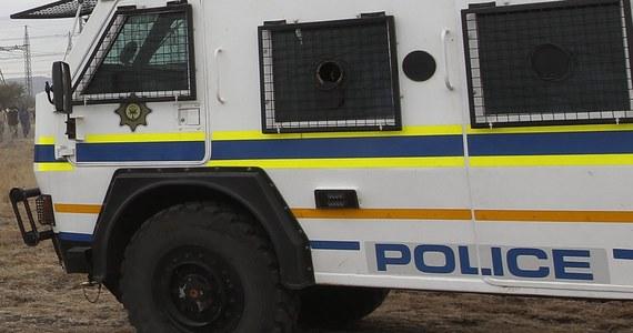 Sześciu południowoafrykańskich górników spłonęło żywcem, gdy wiozący ich autobus stanął w ogniu od rzuconej przez nieznanych napastników butelki z płynem zapalającym - poinformowały policja i Narodowy Związek Górników (NUM).