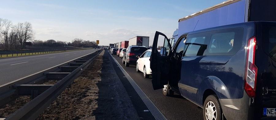 Po kilkanaście kilometrów miał po południu korki na dolnośląskim odcinku autostrady A4. Zatory tworzyły się na wysokości węzła Brzezimierz, w okolicach Kostomłotów i później w okolicach Legnickiego Pola. Po godz. 18 doszło też do karambolu na autostradowej obwodnicy Wrocławia. Zderzyło się tam w sumie 11 samochodów. 11 osób trafiło do szpitala.