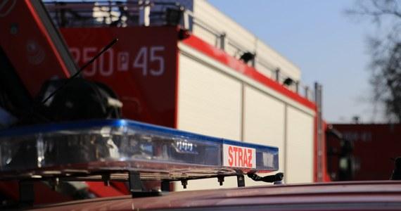 Pożar składowiska opon przy ulicy Kościuszki w Raciborzu. Ogień objął około 300 metrów kwadratowych powierzchni składowiska.