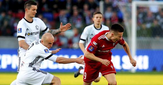 Górnik Zabrze zremisował na własnym stadionie z Legią Warszawa 1:1 w pierwszym meczu półfinałowym piłkarskiego Pucharu Polski. Legia była w tym meczu groźniejsza, ale mało skuteczna. Rewanż zostanie rozegrany 18 kwietnia w stolicy.