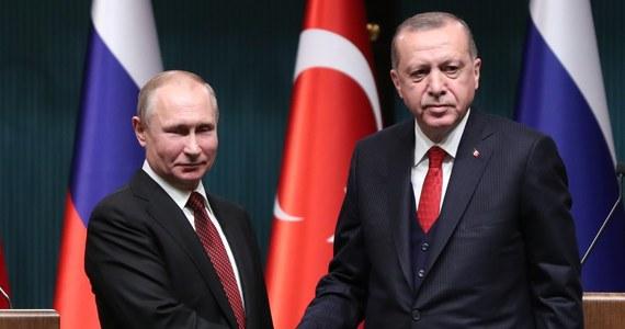 Turcja może współpracować z Rosją przy kolejnych, po umowie na zakup rosyjskich rakiet S400, projektach zbrojeniowych - powiedział w Anakrze prezydent Recep Tayyip Erdogan po spotkaniu z przywódcą Rosji Władimirem Putinem. W ubiegłym roku oba kraje podpisały umowę na sprzedaż Turcji rosyjskich rakiet przeciwlotniczych S400. Kontrakt został ostro skrytykowany przez zachodnich ekspertów, którzy uważają, że Turcja, członek NATO, nie powinna kupować broni nieodpowiadającej standardom Sojuszu.