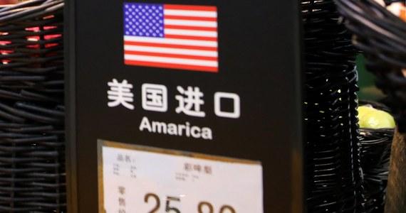 Chiny zamierzają wprowadzić 25-procentowe cła odwetowe na 106 produktów USA. Wartość ich importu do Chin wyniosła w 2017 roku 50 mld USD - poinformowały chińskie ministerstwa finansów i handlu. Na liście znalazła się m.in. soja, samochody i chemikalia.