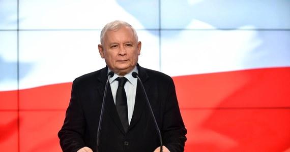 """""""Nowelizacja ustawy o IPN jest obowiązującym w Polsce prawem. Za badanie historii, opisywanie niegodziwości, czy zbrodni, jakich dopuszczali się obywatele Polski, nikt nie będzie miał najmniejszych problemów"""" - powiedział """"Gazecie Polskiej"""" prezes PiS. Jarosław Kaczyński był pytany o sprawę nowelizacji ustawy o Instytucie Pamięci Narodowej, która wywołała krytykę m.in. ze strony Izraela i USA. Prezes PiS stwierdził jednocześnie: w tym przypadku sprawa nie jest taka prosta."""