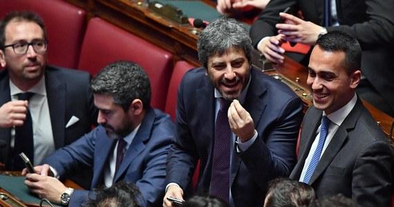W ciągu 10 dni, jakie minęły od inauguracji nowej kadencji parlamentu Włoch, w obu jego izbach złożono już ponad 430 projektów ustaw. Obliczono, że jeśli to rekordowo tempo pracy utrzymałoby się, w ciągu pięciu lat projektów tych byłoby 25 tysięcy. Złożone propozycje przepisów dotyczą najrozmaitszych kwestii, między innymi zwierząt cyrkowych, jednej z odmian pomidorów i orszaków w historycznych strojach.