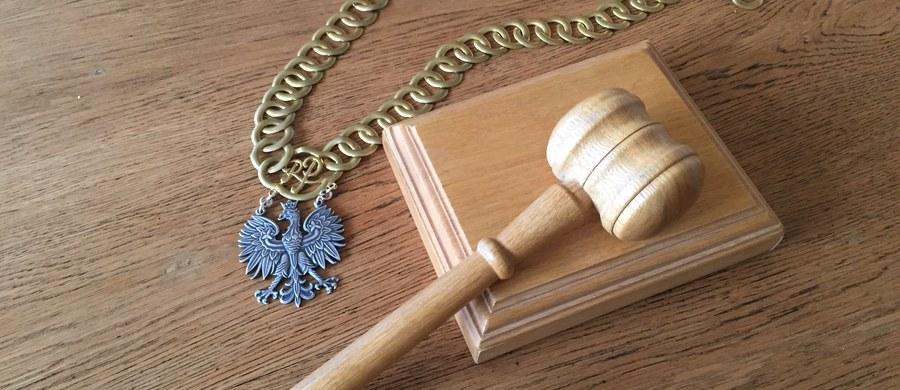 Przed Sądem Okręgowym w Piotrkowie Trybunalskim rozpoczął się proces prokuratora Andrzeja W., oskarżonego o przestępstwa seksualne wobec dwojga dzieci. Sprawa jest prowadzona z wyłączeniem jawności.
