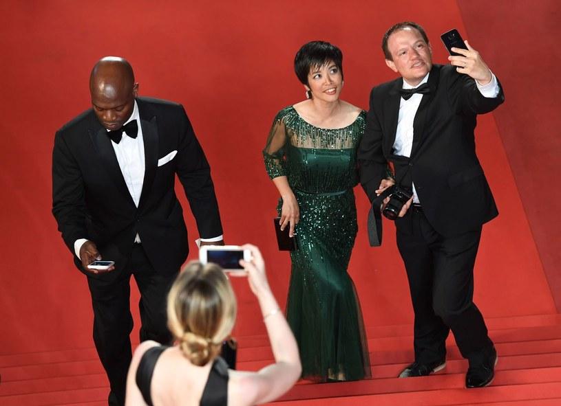 Podczas Międzynarodowego Festiwalu Filmowego w Cannes od tego roku będzie obowiązywał zakaz robienia selfie na czerwonym dywanie oraz zlikwidowane zostaną poranne pokazy dla przedstawicieli prasy - ogłosił dyrektor festiwalu Thierry Fremaux.