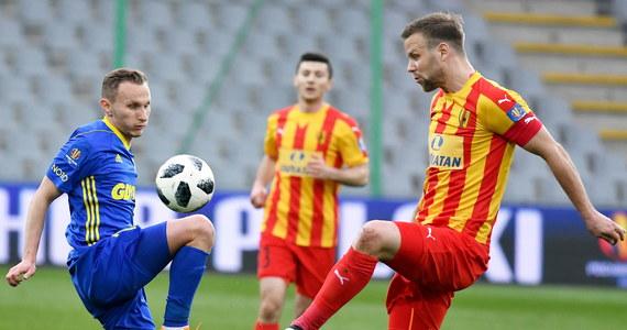 Piłkarze Korony Kielce pokonali u siebie broniącą trofeum Arkę Gdynia 2:1 w pierwszym meczu półfinałowym Pucharu Polski. We wtorek Górnik zremisował w Zabrzu z Legią Warszawa 1:1. Rewanże zaplanowano na 17-18 kwietnia.