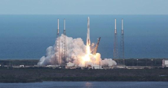 Należący do amerykańskiej prywatnej firmy SpaceX kosmiczny statek towarowy wielokrotnego użytku Dragon dotarł w środę do Międzynarodowej Stacji Kosmicznej (ISS) z ładunkiem ponad 2600 kilogramów zaopatrzenia i sprzętu naukowego.